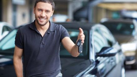 mand med bilnøgler