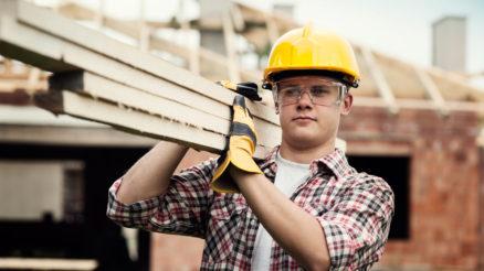 Tømrer der bærer træ